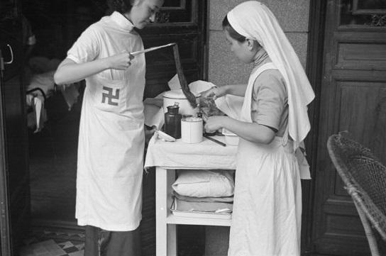 Nurses preparing bandages, Shanghai